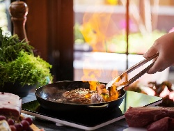 Пържени фламбирани с коняк свински котлети с портокалов сос на тиган - снимка на рецептата